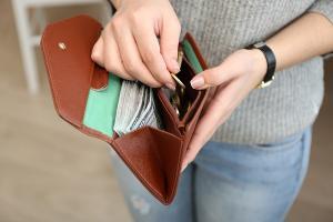 Grandma asks daughter to pay back money she spent on her grandchildren